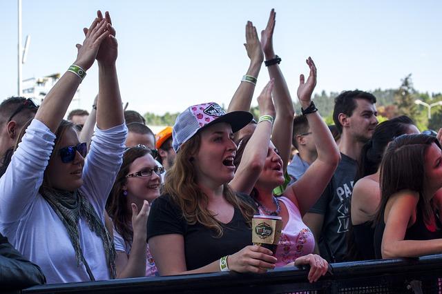 tleskající fanoušci.jpg