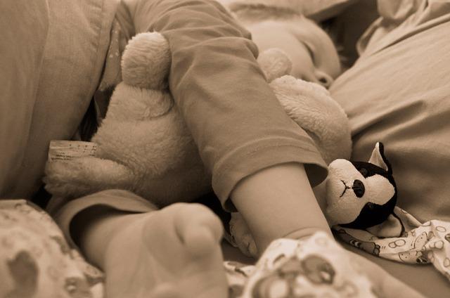 spící dítě s plyšákem