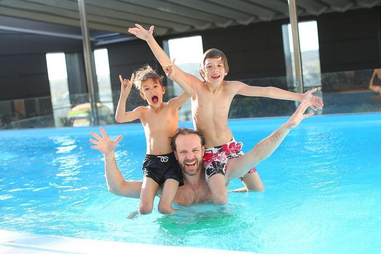 chlapi v bazénu