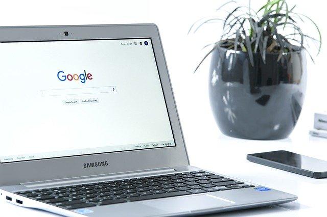 notebook s otevřeným vyhledávačem